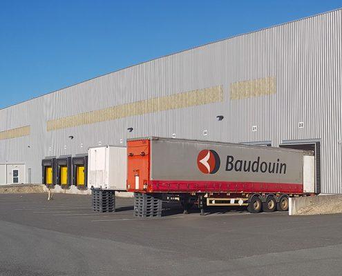 Entrepôt de la base logistique Stock + à Niort, Deux-Sèvres, Nouvelle-Aquitaine, France - Vue extérieure droite