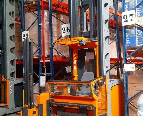 Chariot élévateur orange de l'entrepôt de la base logistique Stock + à Niort, Deux-Sèvres, Nouvelle-Aquitaine, France
