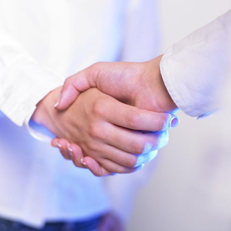 Mains serrées symbolisant la relation de confiance que les dirigeant de la base logistique de Stock Plus entretiennent avec leurs clients